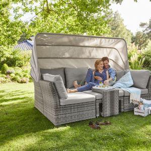 Modułowa sofa z zadaszeniem będzie doskonałym miejscem do wypoczynku w ogrodzie w upalne dni. Fot. Tchibo