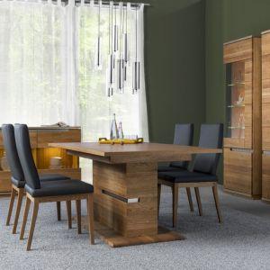Meble z kolekcji Torino zachwycają pięknymi rysunkami drewna i złotym oświetleniem w witrynach. Fot. Szynaka Meble
