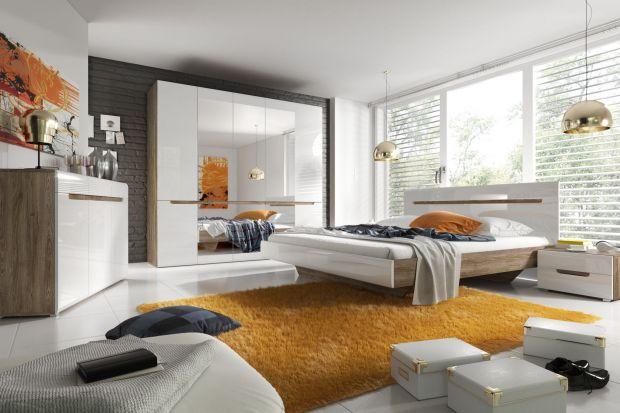 Meble na wysoki połysk świetnie sprawdzają się we wnętrzu sypialni. Wnoszą do aranżacji wnętrza wizualną przestrzeń i ciekawy wygląd.