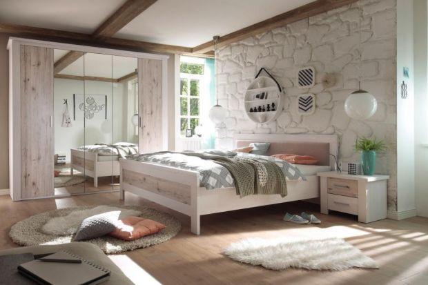 Meble z rysunkiem drewna w nie tracą na popularności. Zobacz, jak zachwycająco prezentują się w aranżacji sypialni.