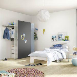 W pokoju dzieci w wieku szkolnym dzięki przesuwnym drzwiom i odpowiednio dobranym regałom urządzić można kącik na wszystkie rzeczy osobiste i inne drobiazgi. Fot. Raumplus