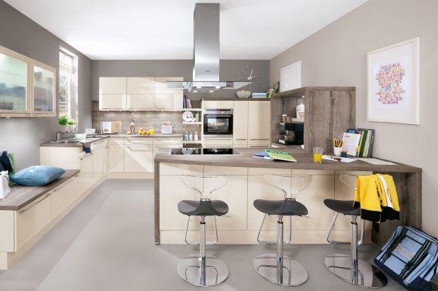 Wysokie stołki, zwane też hokerami, to jeden z nieodłącznych elementów kuchni, wyposażonej w bar lub podwyższoną wyspę. Pozwalajązaaranżować dodatkową przestrzeń jadalnianą, tymczasowe miejsce do pracy lub odrabiania lekcji.