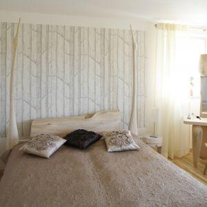 Zagłówek z litej deski, posiadającej widoczne sęki i niedoskonałości, będzie efektowną dekoracją w sypialni. Projekt: Marta Kruk. Fot. Bartosz Jarosz