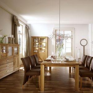 Kolekcja mebli Porto to piękno naturalnego drewna dębowego w jasnym, słonecznym odcieniu. Fot. Dekor