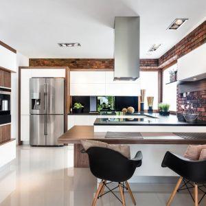 Kuchnia Brick II z oferty Vigo Meble. Duet drewna i cegły prezentuje się bardzo stylowo. Fot. Vigo Meble