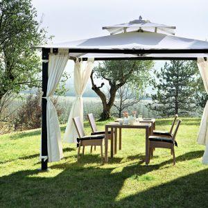 Stół w komplecie z krzesłami pod eleganckim zadaszeniem tworzy wygodny kącik do wypoczynku. Fot. Lidl