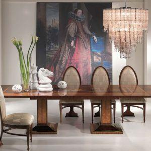 Jadalnia, w której króluje przepiękny intarsjowany stół TA46 marki Carpanelli. Po rozłożeniu długość blatu wynosi aż 340 cm. Fot. Galeria Heban