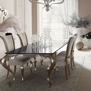 Kolekcja George marki Cantori. Blat stołu wykonano z czarnego  szkła, metalowe nogi pokryto złotymi płatkami. Fot. Galeria Heban
