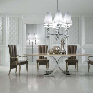 Ekskluzywny zestaw do jadalni marki DV Home Collection. Stół i krzesła pochodzą z kolekcji Kent, kredens – Form, oświetlenie – seria Egoist. Fot. Galeria Heban