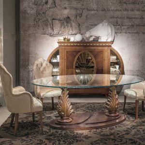 Stół TA57 marki Carpanelli. Jego największą ozdobą jest misternie  rzeźbiona podstawa ze złoceniami. Fot. Galeria Heban