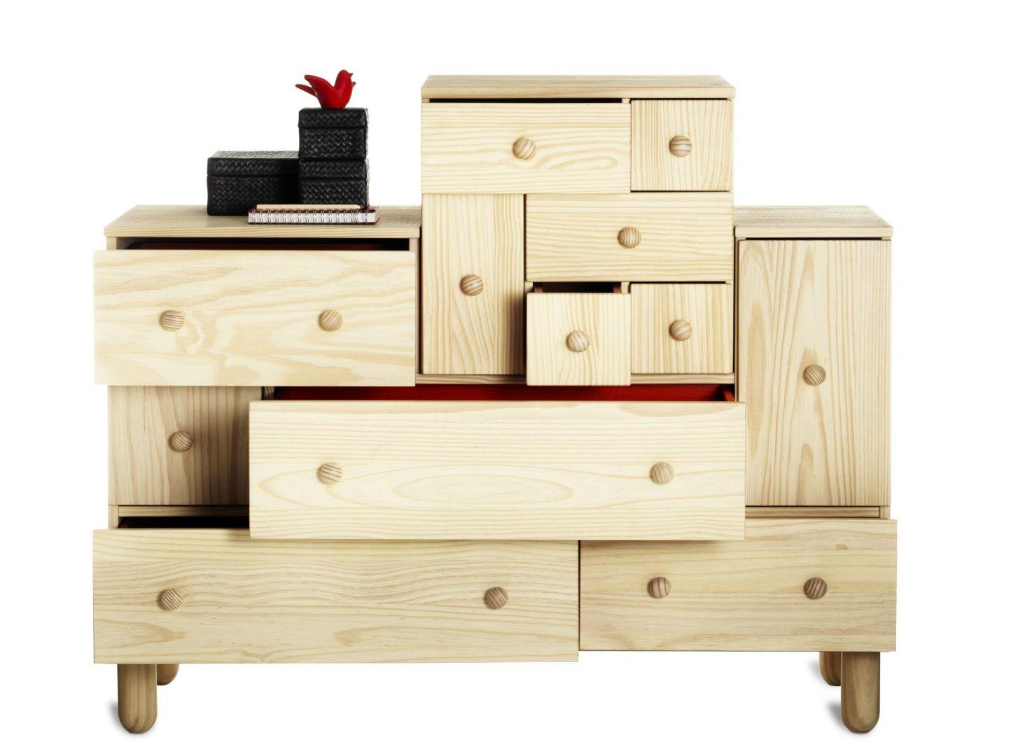 Komoda z serii IKEA PS to mebel, który ma kolorowe wnętrza szuflad. Cena komody 2198 zł. Fot. IKEA