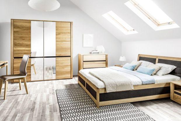 Meble z dekorem drewna mają w sobie wiele ciepła i sprawiają, że wnętrza są przytulne. Warto wybrać je do sypialni.