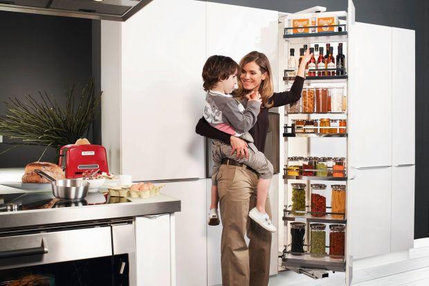 Projektowanie kuchni może być wyzwaniem, gdy jest się młodym rodzicem. Przestrzeń powinna być wygodna dla dorosłych i gwarantować bezpieczeństwo dzieciom.