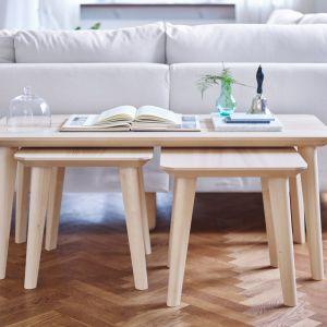 Ława z kolekcji Lisabo i stołki, które w razie potrzebu mogą być użyte jako stolik dodatkowe lub wygodne miejsce do siedzenia. Fot. IKEA