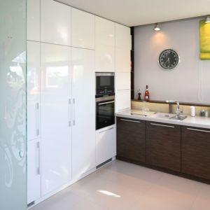Wysoka zabudowa zapewnia wiele miejsca do przechowywania. To praktyczne rozwiązanie do każdej kuchni. Projekt: Magdalena Konopka, Maciej Konopka. Fot. Bartosz Jarosz