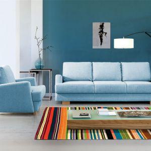 Sofa Ardea dostępna jest w komplecie z fotelem. Posiada pojemnik na pościel. Fot. Meblomak