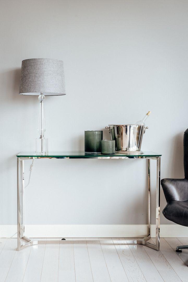 Elegancka i minimalistyczna konsola Avenue. Fot. Miloo Home