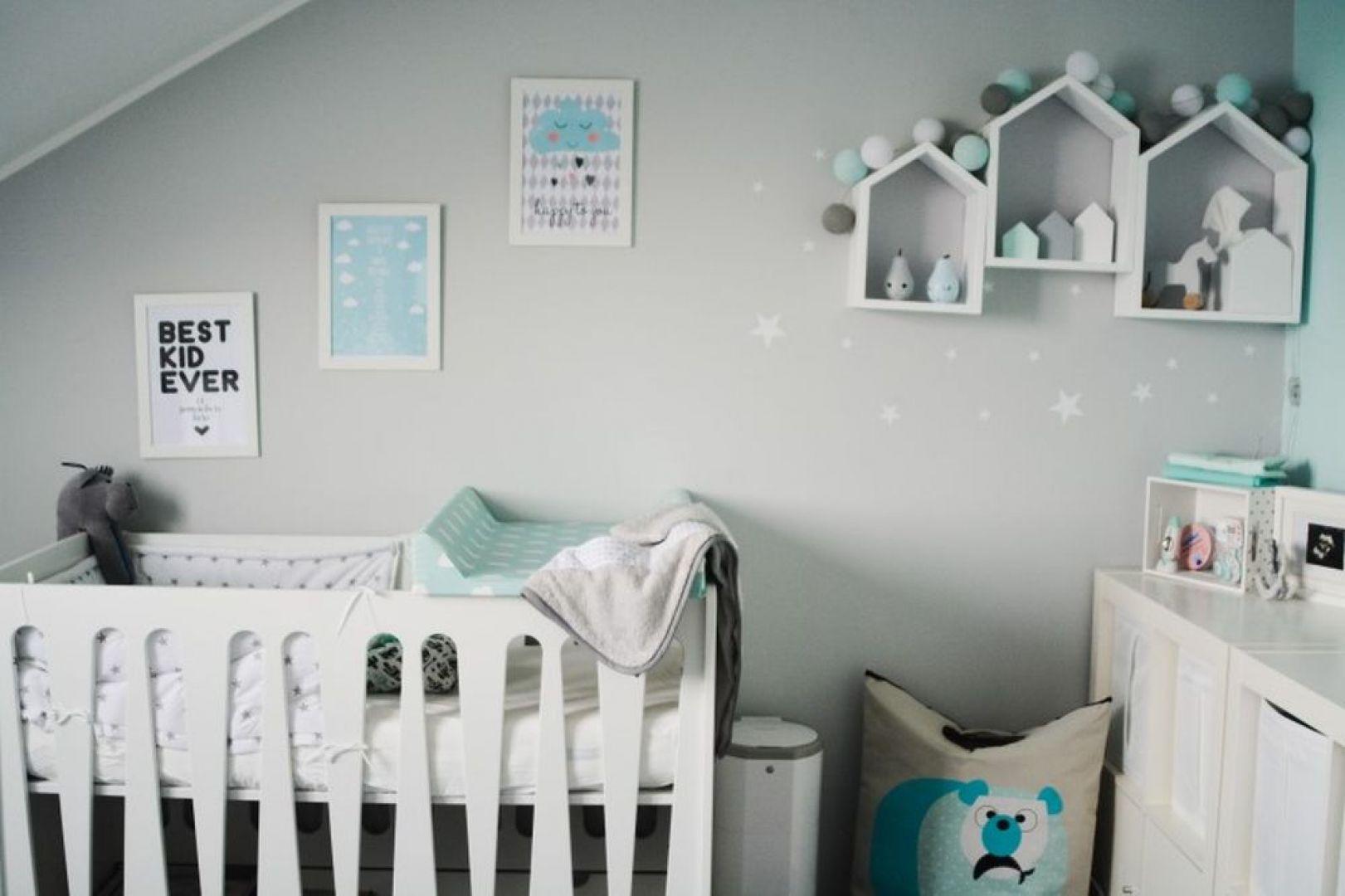 W pokoju dziecka nie może zabraknąć wygodnych mebli - komody, przewijaka. Najważniejsze jednak jest łóżeczko. Fot. Pinio