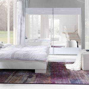 """Sypialnia """"Lux Stripes"""" (Maridex) - szafa z lustrem optycznie powiększy pomieszczenie. Fot. Maridex"""