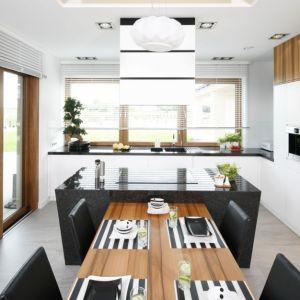 W tej kuchni zarówno okno, jak i drzwi na taras kolorystycznie nawiązują do mebli kuchennych. Projekt: Katarzyna Mikulska-Sękalska. Fot. Bartosz Jarosz