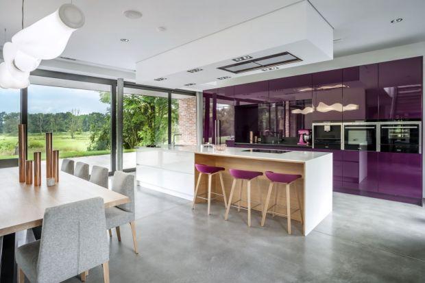 Wrzosy, purpura, a może ametyst? Odcienie fioletu zachwycają niezwykłą głębią. Barwa ta fantastycznie prezentuje się w kuchni.