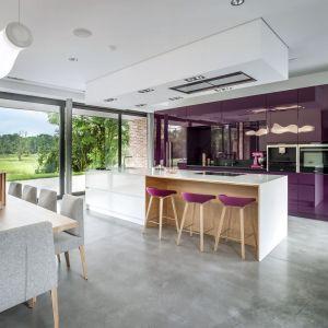 Zmysłowy fiolet w odcieniu mulberry doskonale prezentuje się w wysokim połysku. W tej kuchni to właśnie wysoka zabudowa gra pierwsze skrzypce. Fot. Zajc Kuchnie