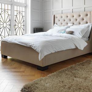 Wysoki zagłówek może być ozdobą całej sypialni. Fot. Agros
