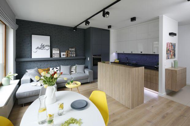 Kuchnie otwarte na salon można uznać za bardzo mocny trend w aranżacji wnętrz. Zobacz, jak sprytnie oddzielić te dwa pomieszczenia, aby wnętrze prezentowało się modnie i stylowo.