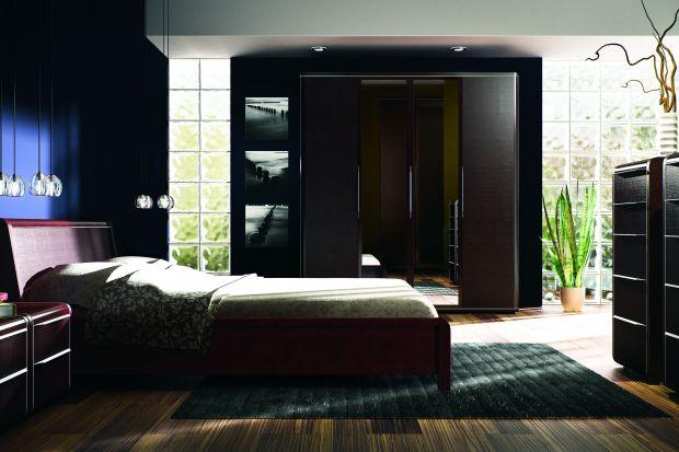 Sypialnia urzeka subtelnością i elegancją. Podkreśla to naturalna okleina z mahoniu oraz zmysłowy kolor bantu.