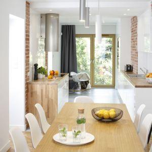 Dzięki drzwiom tarasowym kuchnia wydaje się mniej wąska. Projekt: Agata Plitz. Fot. Bartosz Jarosz