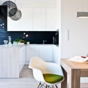 W małych mieszkaniach kuchnia ulokowana jest we wnęce lub w salonie. W otwartej przestrzeni niewielka wyspa może wyznaczać granice stref. Fot. Zajc Kuchnie