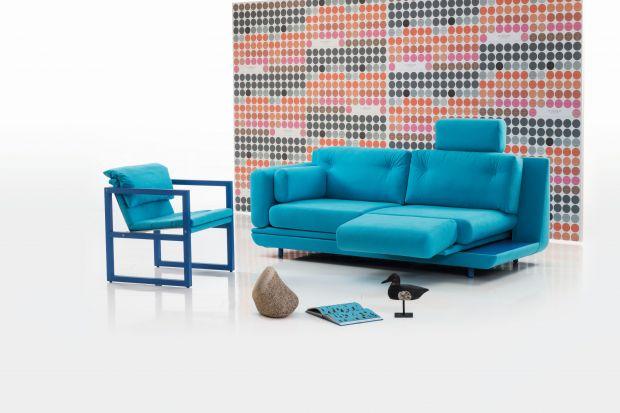 Jest niewielka, zgrabna i łatwo ją dopasować nawet do bardzo małego wnętrza. Dwuosobowa sofa to proste i efektowne rozwiązanie zarówno do salonu, jak i do pokoju młodzieżowego lub gościnnego, w którym może stanowić miejsce do okazjonalnego sp