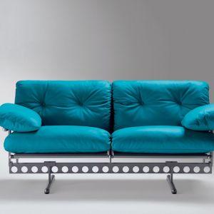 """Sofa """"Ouverture"""" włoskiej marki Poltrona Frau (projekt: Pierluigi Cerri) wspiera się na industrialnej, stalowej belce, po której można przesuwać wsporniki. Fot. Poltrona Frau"""