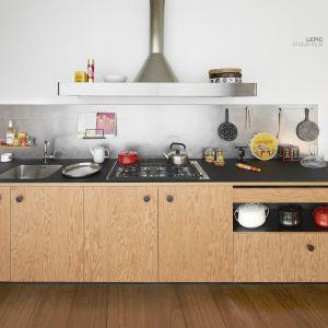 Kuchnia Lepic dostępna jest w trzech wariantach wykończenia, które symbolicznie odwołują się  do stylu Mediolanu, Tokyo i Sztokholmu. Wśród zastosowanych materiałów znalazły się laminat Fenix, stal oraz typowe dla skandynawskiego designu drewna jak naturalny dąb i daglezja. Fot. Schiffini