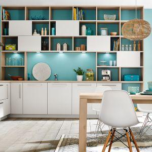 Otwarte półki z kolorowym tłem ożywią jasną kuchnię. Fot. Ballerina Kuchen