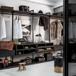 Zaplanowanie garderoby nie jest prostą sprawą. W tej dziedzinie warto posłuchać rad specjalistów. Fot. Raumplus