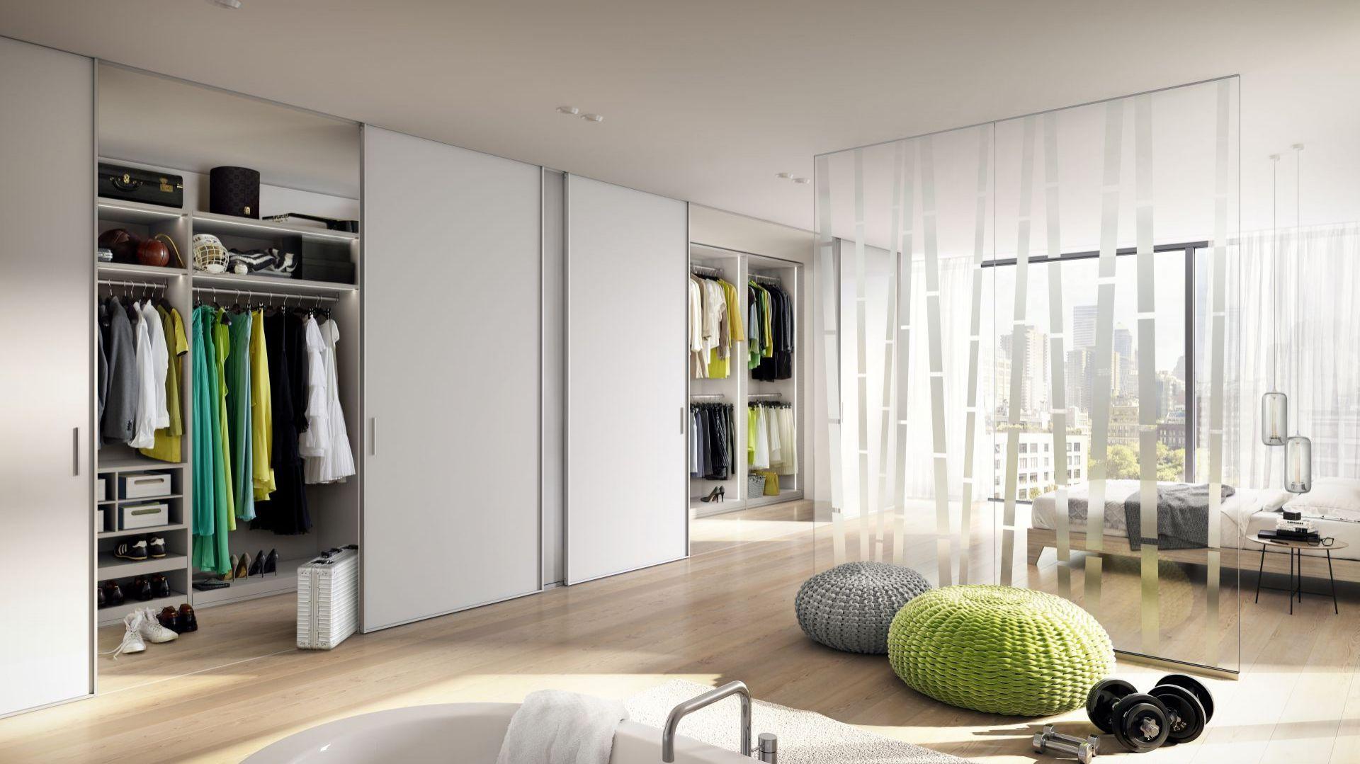 Sypialnia to doskonałe miejsce na garderobę. Duża zabudowa pozwoli przechowywać codzienne ubrania, jak i rzeczy sezonowe. Fot. Raumplus
