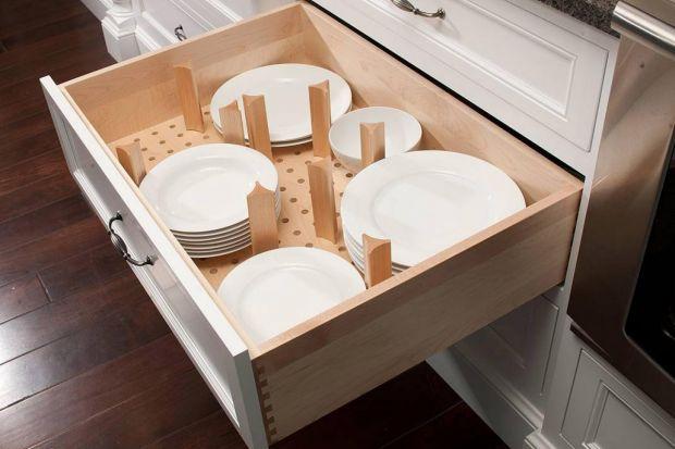 Czynią kuchnię pojemną i funkcjonalną oraz uporządkowaną – organizery do szuflad trzeba umieć wykorzystać. Jak? Oto kilka przykładów najciekawszych rozwiązań. <br /><br /><br />