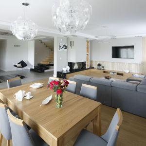 Sofa odwrócona tyłem do jadalni wyraźnie podkreśla podział na strefy. Projekt: Katarzyna Mikulska-Sękalska. Fot. Bartosz Jarosz