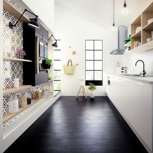 Otwarte półki są modnym rozwiązaniem. Dodają wnętrzu przestrzeni i pozwalają wyeksponować kuchenne gadżety. Fot. HTH