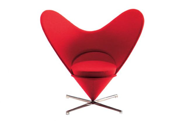 Niezwykły fotel o kształcie serca.
