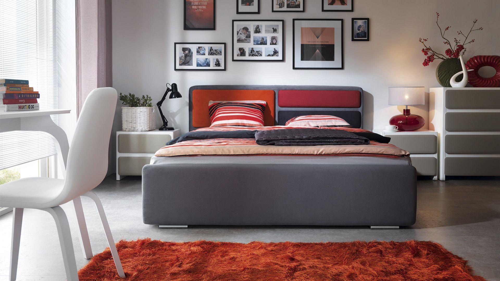Sypialnia Possi. Łóżko oraz zagłówek dostępne są w wielu opcjach kolorystycznych. Fot. Black Red White