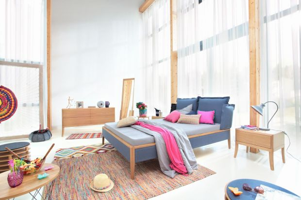 Stylowa sypialnia. Niesamowite łóżka na wysokich nóżkach