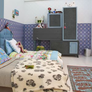 Błękitne elementy w pokoju dziecka. Na zdjęciu dekor smooth concrete graphite oraz niebieski. Fot. Pfleiderer