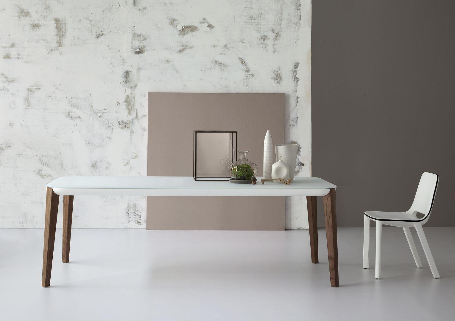 Delikatna forma jest dziś modna. Stół o takiej konstrukcji prezentuje się lekko i nowocześnie. Fot. Bonaldo
