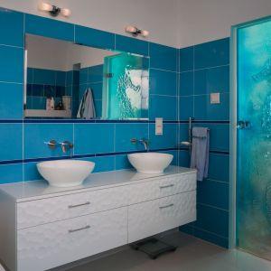 Białe meble z widoczną strukturą nadadzą łazience charakter. Ciekawym rozwiązaniem jest również lustro Pilkington MirroViewT, które łączy w sobie funkcje lustra z telewizorem. Fot. Pilkington