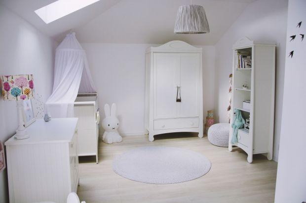 Sypialnia rodziców przeobraziła się w pokój małej Antosi. Zobacz gotowy pomysł na śnieżnobiały pokój dla małej dziewczynki.