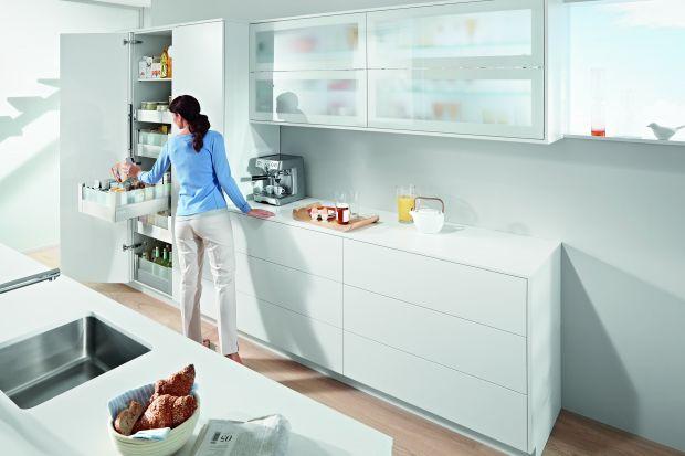 Spiżarnia pozwoli zaprowadzić w kuchni ład i porządek. Możemy na nią przeznaczyć osobne pomieszczenie, wnękę lub ukryć w wysokiej zabudowie. Podpowiadamy jak urządzić spiżarnię w nowoczesnej kuchni.