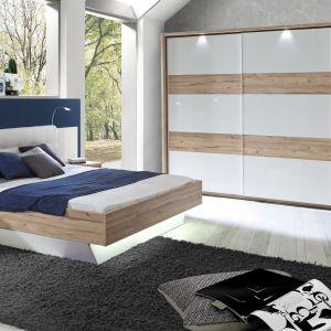 Kolekcja Corsica. Nowoczesna sypialnia w bieli ocieplona jasnym drewnem. Fot. Forte