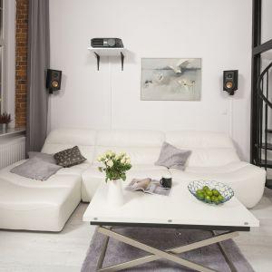 Białe meble sprawiają, że jest pełne przestrzeni i wizualnej lekkości. Projekt: Szymon Chudy. Fot. Bartosz Jarosz